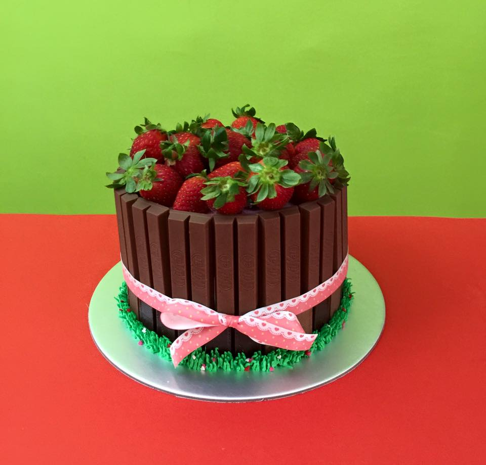 Kit Kat Strawberries Cake